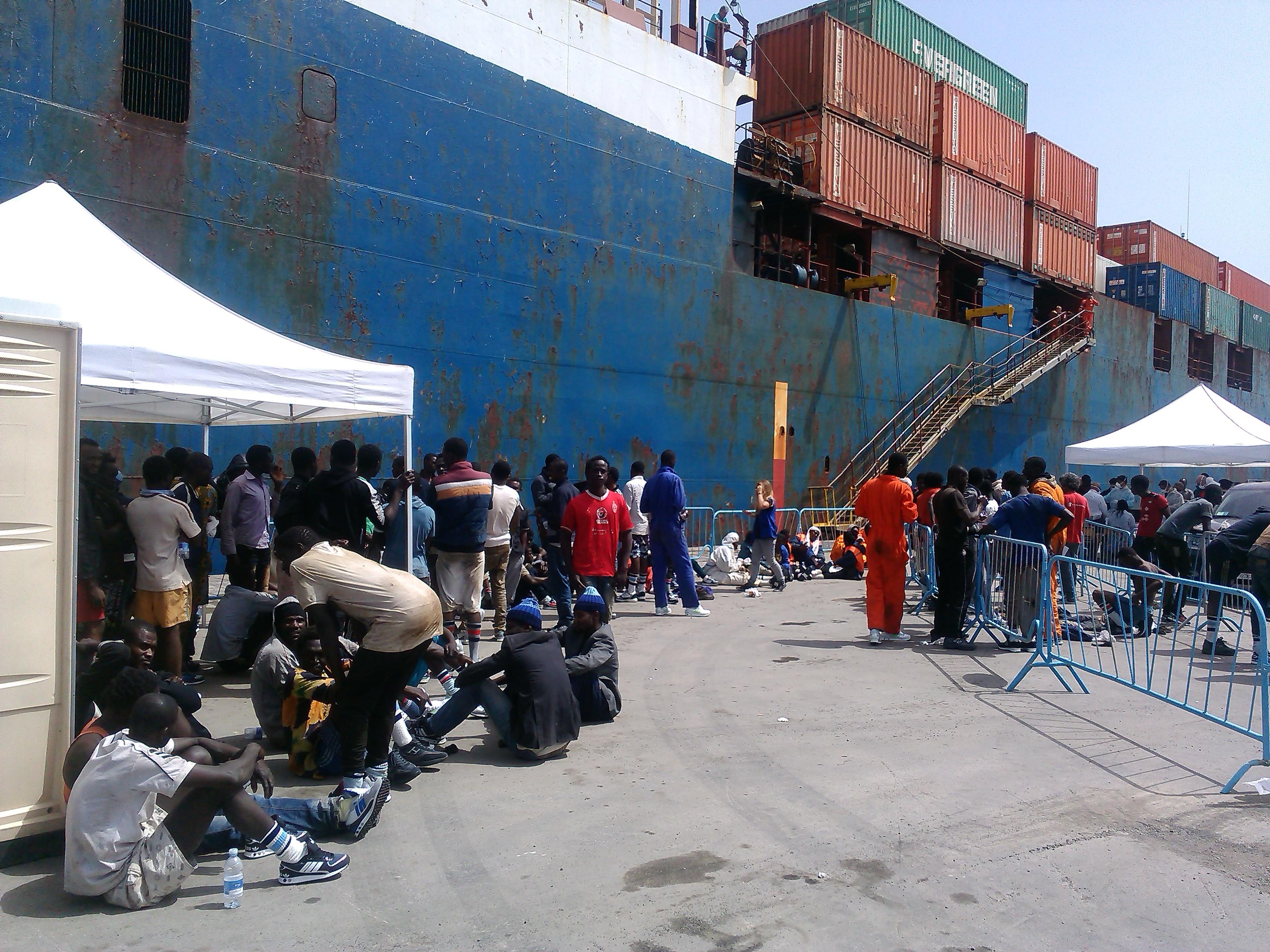 Migliaia di migranti salvati in mare arrivano in Puglia e Sicilia