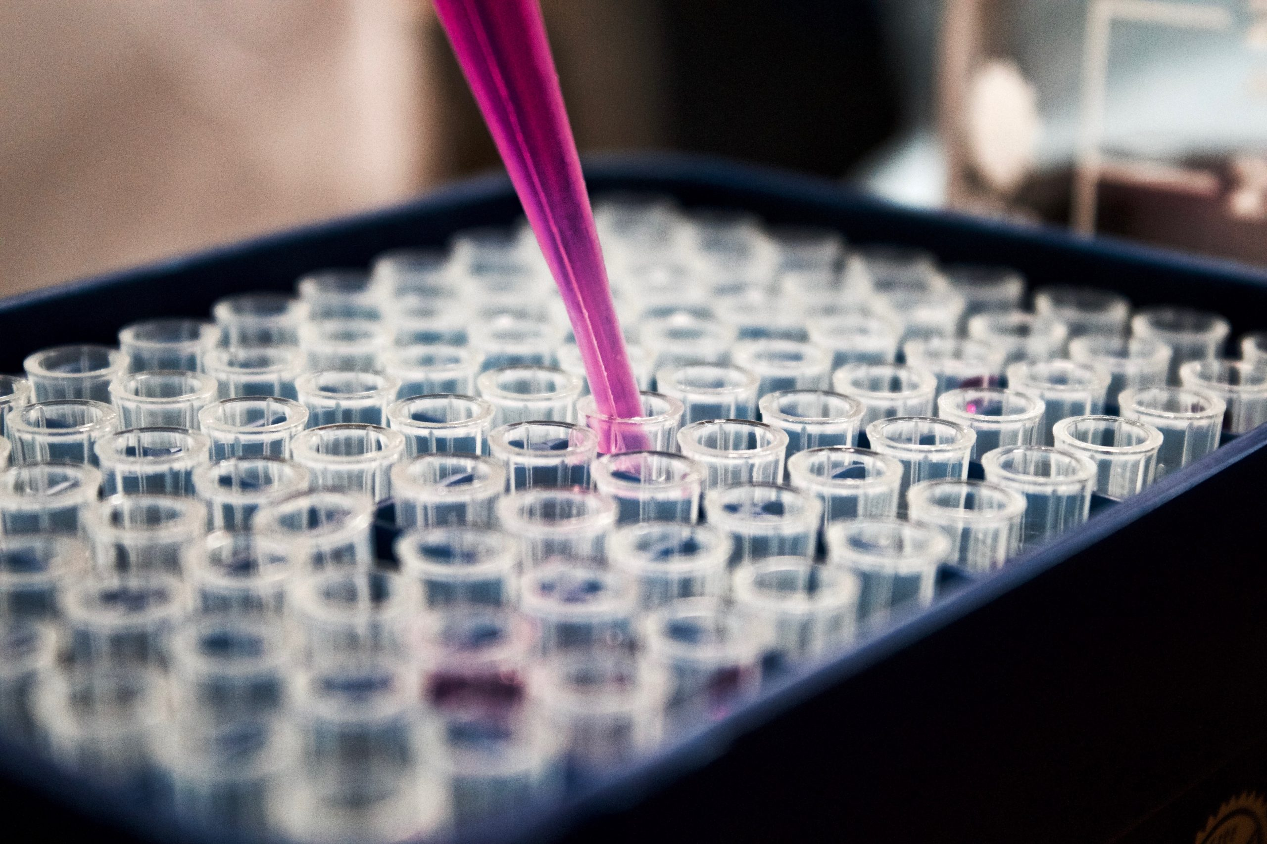 Coronavirus: la Commissione UE incrementa il finanziamento destinato alla ricerca con 120 milioni di € per 11 nuovi progetti volti a contrastare il virus e le sue varianti